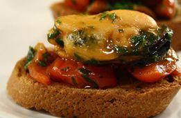 Ricetta antipasto pesce: crostini con cozze e pomodori